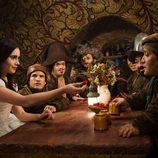 Lily Collins en la casita de los enanitos en la nueva versión del cuento de Blancanieves
