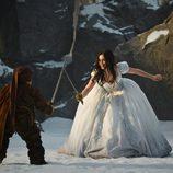 Lily Collins con un enanito en la nueva versión del cuento de Blancanieves
