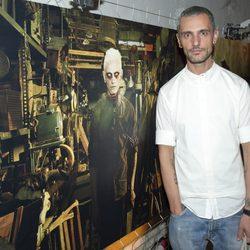 David Delfín junto a su foto de zombie en la presentación de la segunda temporada de 'The walking dead'
