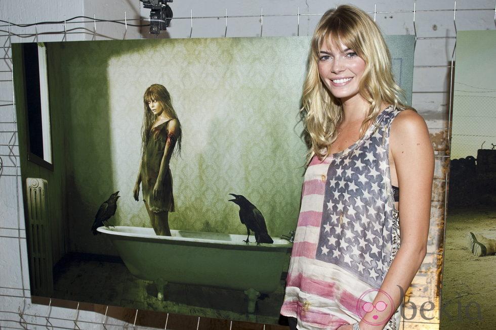 Cristina Tosio junto a su foto de zombie en la presentación de la segunda temporada de 'The walking dead'