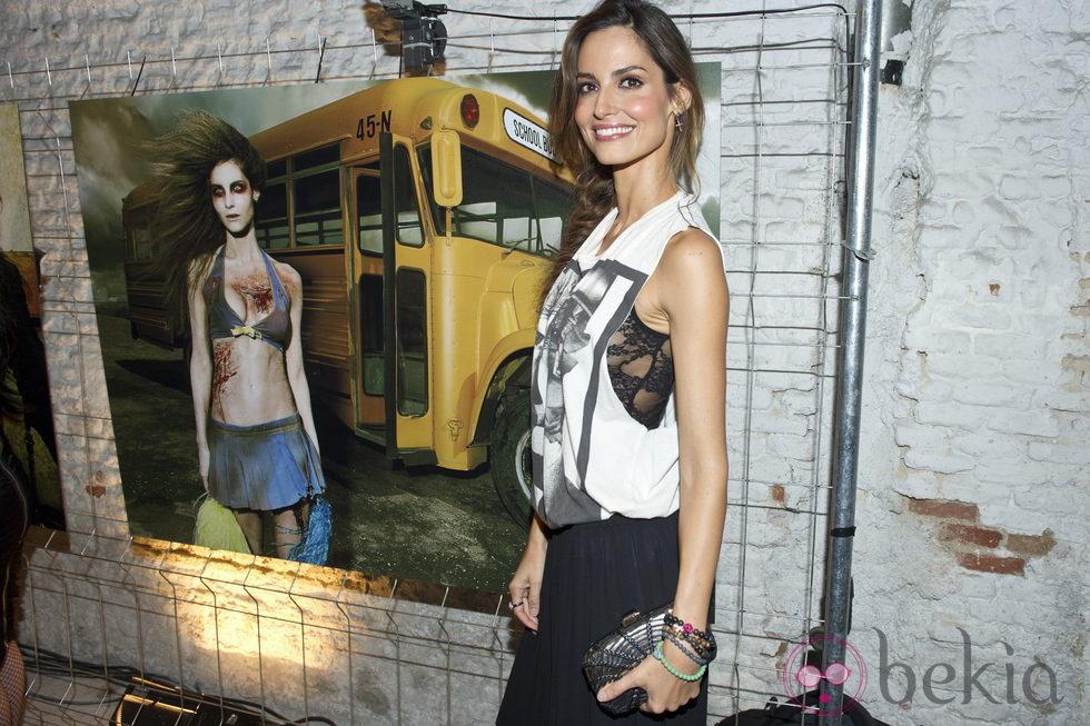 Ariadne Artiles junto a su foto de zombie en la presentación de la segunda temporada de 'The walking dead'