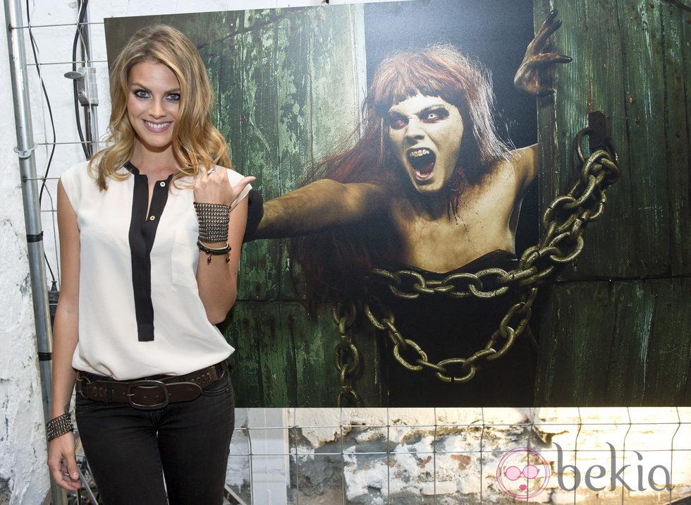 Amaia Salamanca junto a su foto de zombie en la segunda temporada de 'The walking dead'