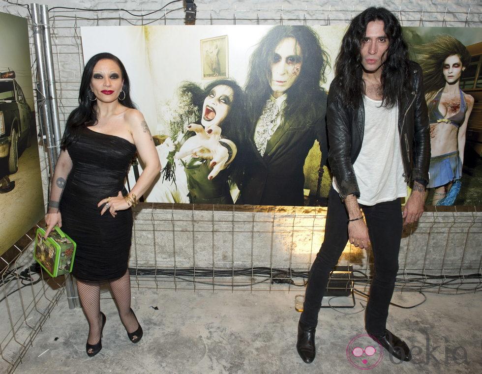 Alaska y Mario Vaquerizo junto a su foto de zombie en la presentación de la segunda temporada de 'The walking dead'