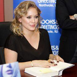 Hilary Duff firma ejemplares de 'Devoted' en Nueva York