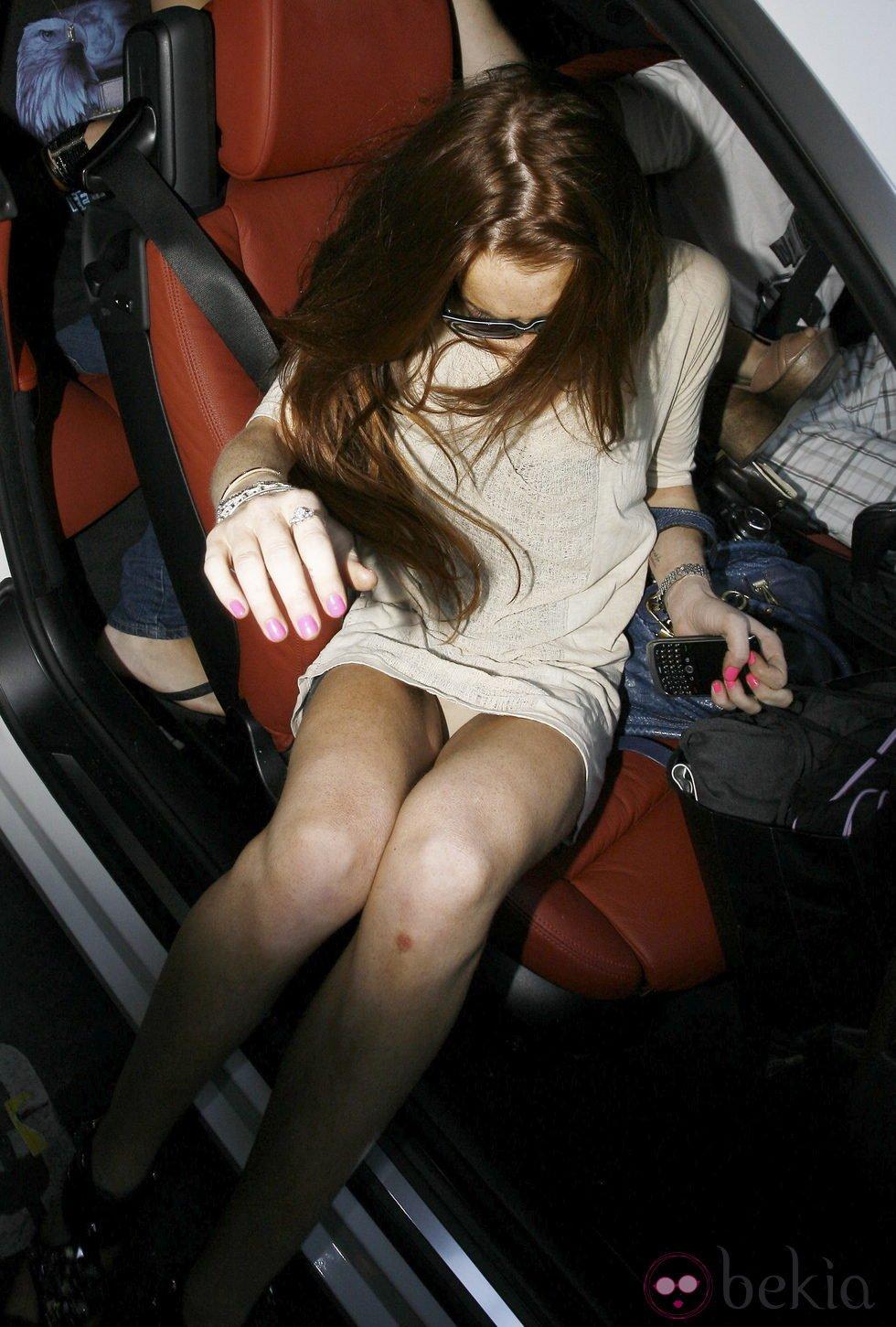 Lindsay Lohan dejan entrever sus bragas al salir de un coche