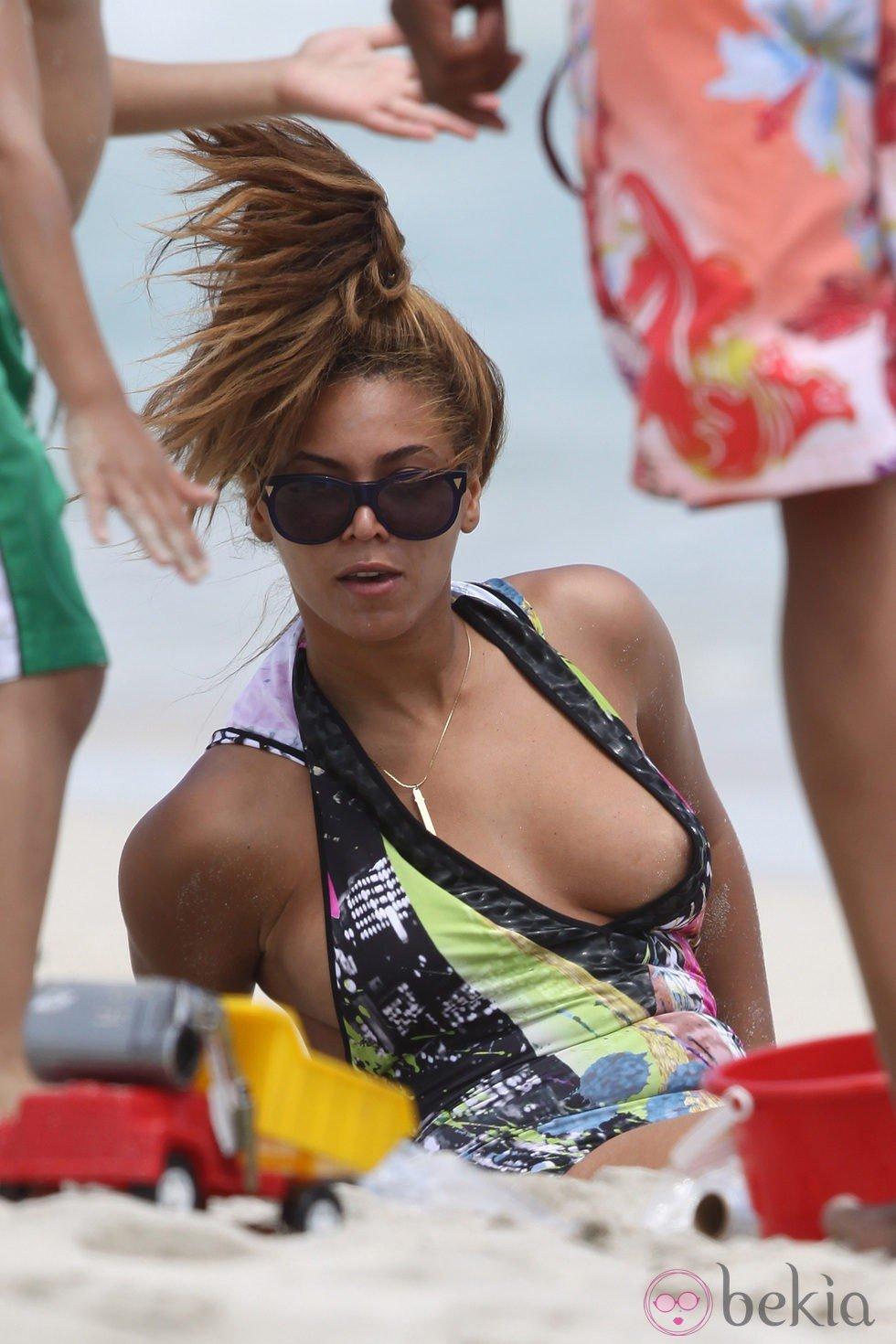 Beyoncé muestra el pecho en un descuido en la playa