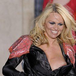 Pamela Anderson enseña un pecho desnudo en un descuido