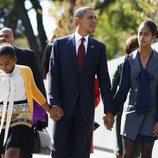 Barack Obama con sus hijas Malia y Sasha en el monumento a Martin Luther King