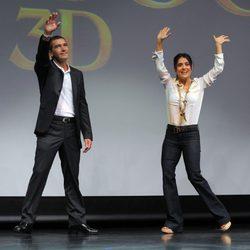 Antonio Banderas y Salma Hayek saludan en la promoción de 'El Gato con Botas' en Miami