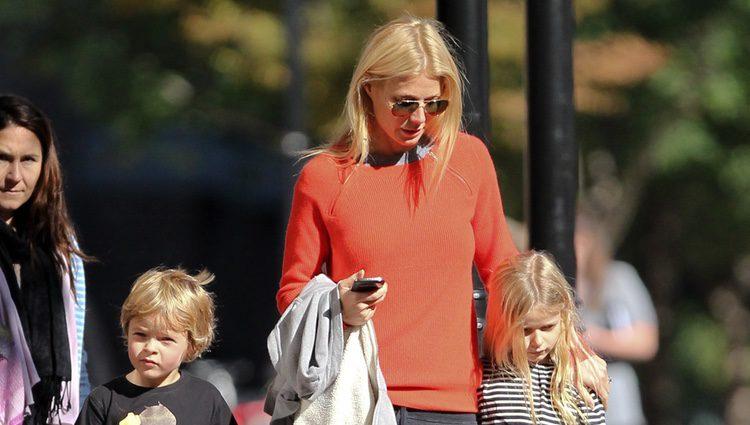 Gwyneth Paltrow pasea con sus hijos Apple y Moses