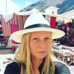 Gwyneth Paltrow en un mercado local durante su viaje a Perú