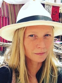 Gwyneth Paltrow en un mercado local durante su viaje a Perú