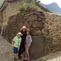 Gwyneth Paltrow junto a sus hijos Apple y Moses durante su viaje a Perú