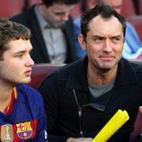Jude Law disfrutando junto a su hijo del Clásico en el Camp Nou