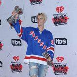 Justin Bieber posando con su Premio iHeartRadio Music 2016
