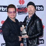 U2 posando con su Premio iHeartRadio Music 2016