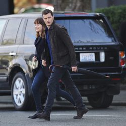 Dakota Johnson y Jamie Dornan caminan de la mano en el rodaje de 'Cincuenta sombras más oscuras'