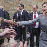 La Reina Letizia se da un baño de masas en Salamanca tras sus escándalos