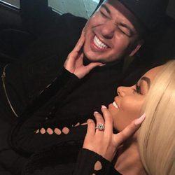 Blac Chyna posa sonriente junto a su anillo de compromiso