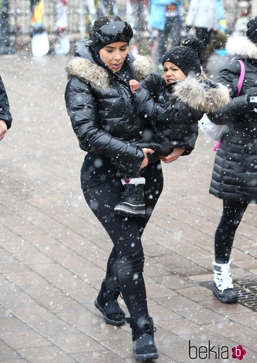 Kim Kardashian junto a North West en la nieve