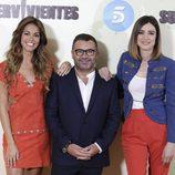 Lara Álvarez, Jorge Javier Vázquez y Sandra Barneda posando en la presentación de 'Supervivientes 2016'