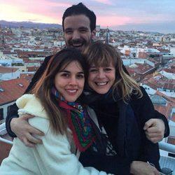 Adriana Ugarte, Emma Suárez y Javier Giner sonriendo abrazados
