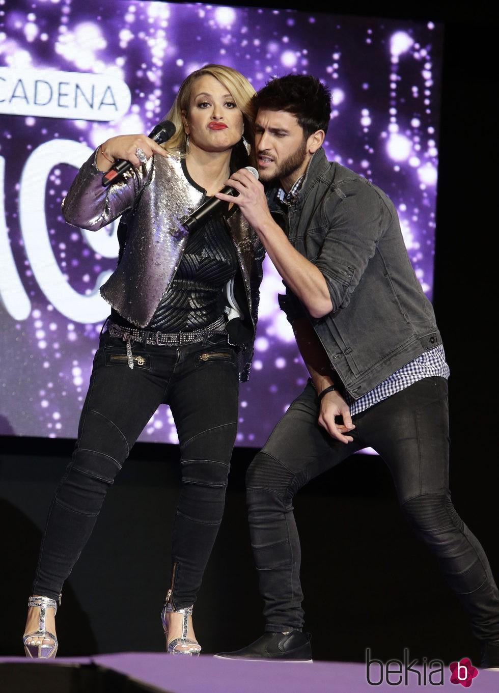 Anastacia en el escenario con Álvaro Gango de Auryn en la Noche de Cadena 100