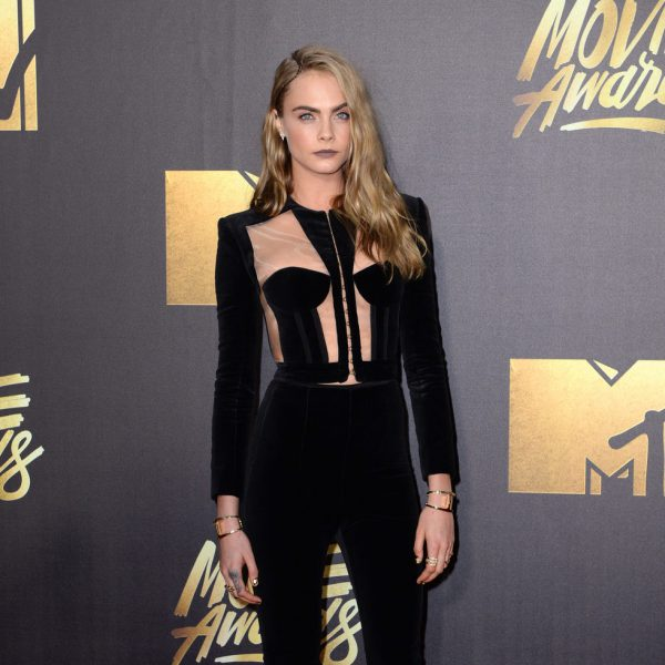 Cara delevigne en la alfombra roja de los mtv movie awards for Alfombras caras