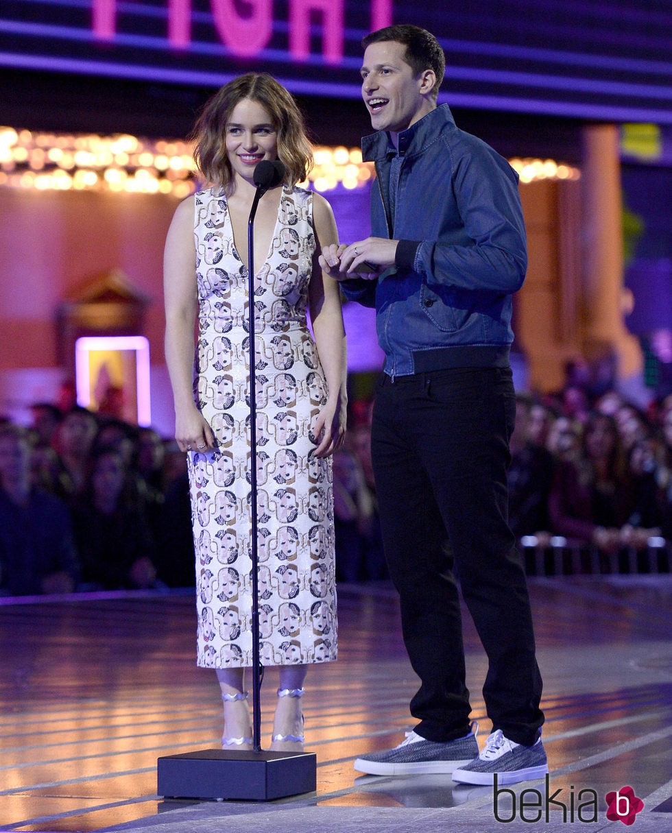 Emilia Clarke y Andy Samberg presentado un premio en los MTV Movie Awards 2016