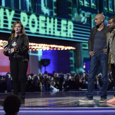 Amy Poehler recogiendo su Premio MTV Movie Awards 2016