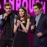 Zac Efron, Anna Kendrick y Adam LeVine presentando un premio MTV Movie Awards 2016