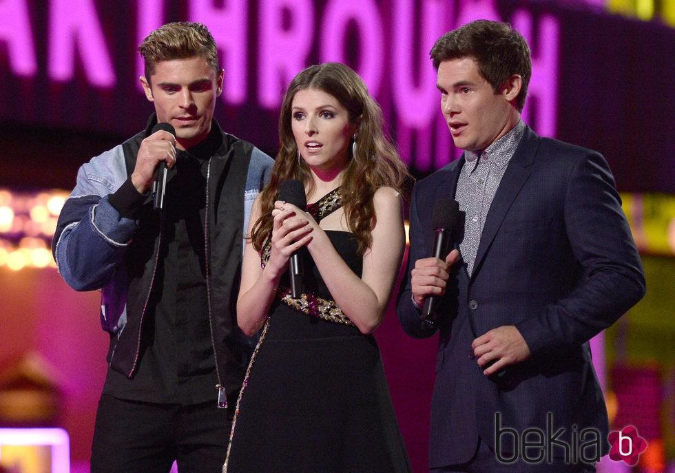 Zac Efron, Anna Kendrick y Adam LeVine presentando un premio MTV Movie Awards 2016