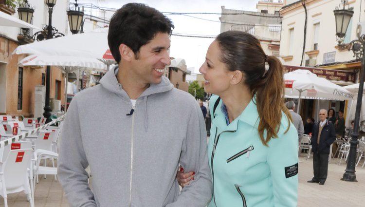 Eva González y Cayetano Rivera en una carrera solidaria en Coria del Río