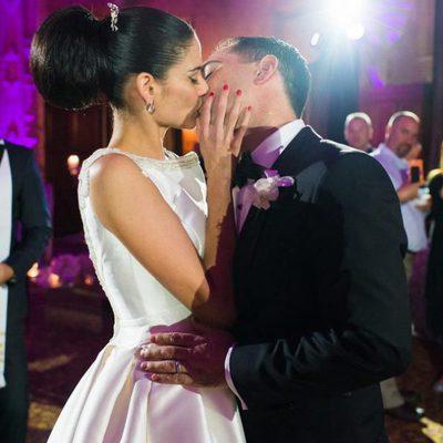 Natalia Jiménez y Daniel Trueba besándose el día de su boda