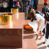 Kate Middleton se sujeta el vestido en Nueva Delhi