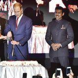 Los Duques de Cambridge cortan una tarta para celebrar el 90 cumpleaños de la Reina Isabel en La India
