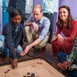 Los Duques de Cambridge jugando con unos jóvenes en Nueva Delhi