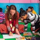 Kate Middleton pinta con un niño en Nueva Delhi