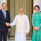 Los Duques de Cambridge con el primer ministro de La India