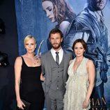 Charlize Theron, Chris Hemsworth y Emily Blunt en el estreno de 'Las crónicas de Blancanieves: El cazador y la reina del hielo' en Los Angeles