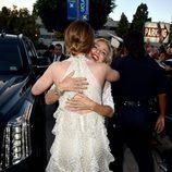 Elsa Pataky abrazando a Emily Blunt en el estreno de 'Las crónicas de Blancanieves: El cazador y la reina del hielo' en Los Angeles