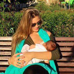 Patricia Montero amamantando a su hija Lis