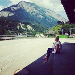Gwen Stefani dándole el pecho a su hijo Apollo en Suiza