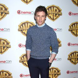 Eddie Redmayne en la fiesta Warner en la CinemaCon 2016 en Las Vegas