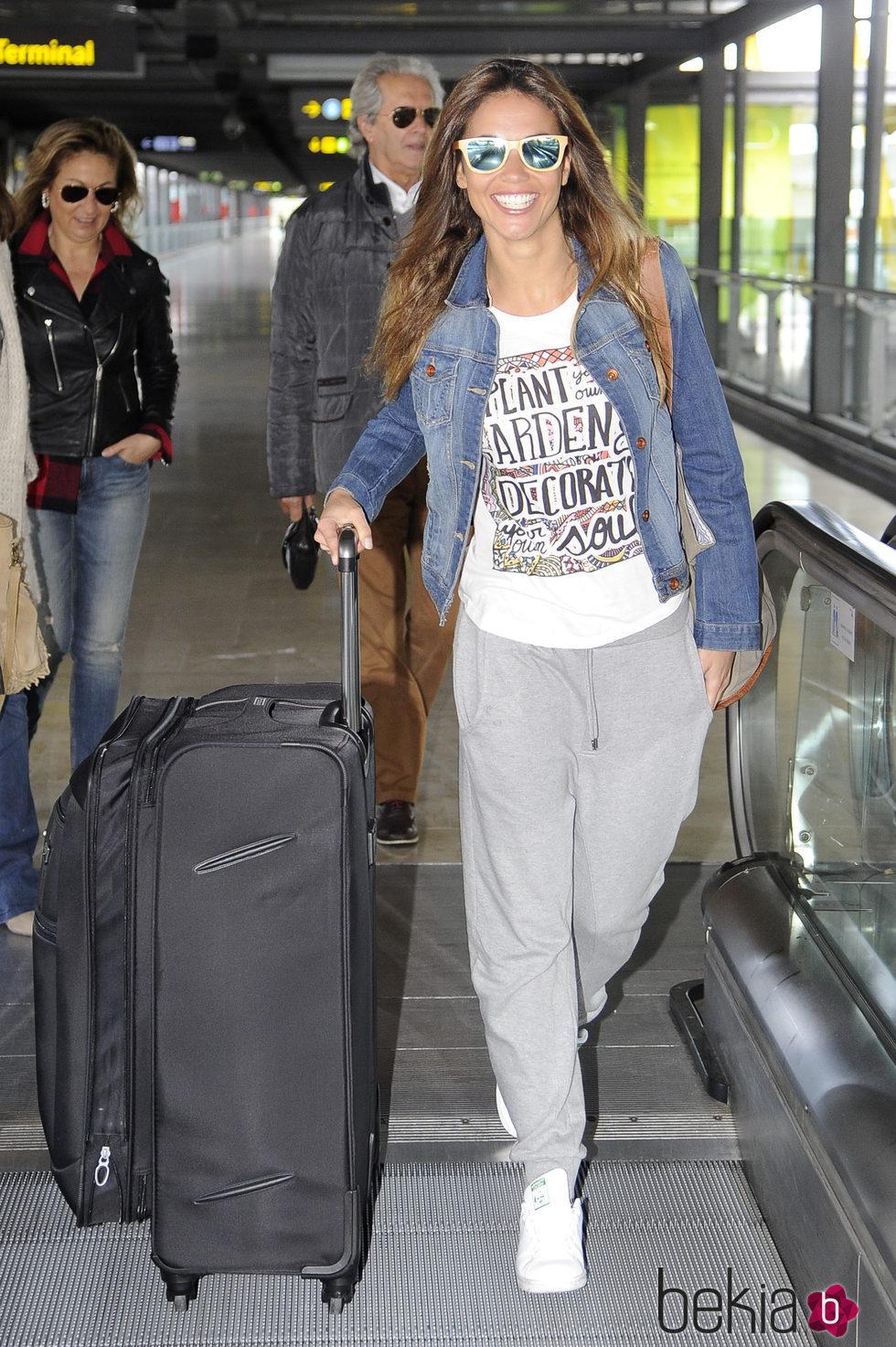 Lara Álvarez en el aeropuerto de Barajas muy sonriente para poner rumbo a 'Supervivientes 2016'