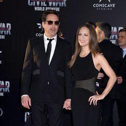 Robert Downey Jr y  Susan Levin en el estreno de 'Capitán América: Civil War'