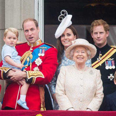 El Príncipe Jorge, los Duques de Cambridge, el  Principe Guillermo y Kate Middleton, la Reina Isabel II y el Principe Harry en el  Trooping the Colour 2015