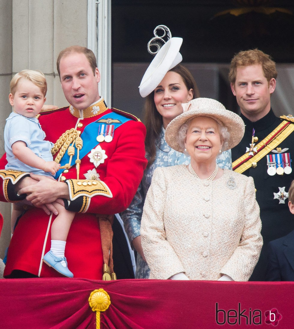 El Príncipe Jorge, los Duques de Cambridge, el  Principe Guillermo y Kate Middleton, la Reina Isabel II y el Principe Harry en el  Trooping the Colour 2015