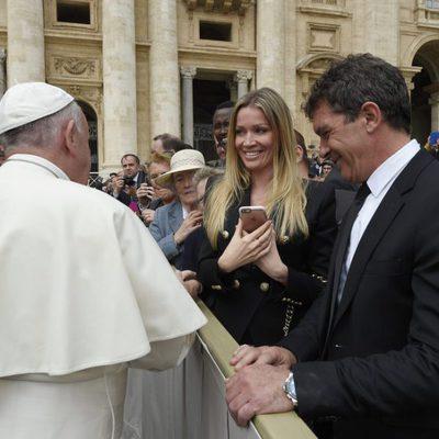 El Papa Francisco recibe a Antonio Banderas y su novia Nicole Kimpel en El Vaticano