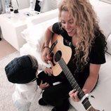 Shakira toca la guitarra ayudada por su hijo Sasha